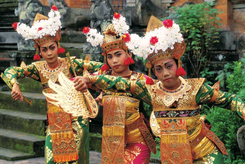 Tanzende vietnamesische Frauen in traditioneller Tracht