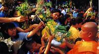 ein religiöses Fest in Thailand mit Mönchen in traditionellem Gewand