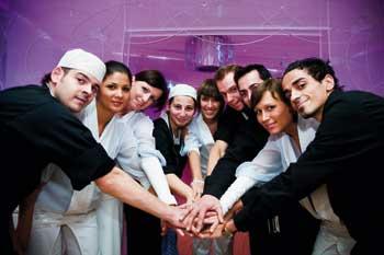 alle Mitglieder einer Gruppe halten die Hände in der Mitte zusammen für einen Jubelschreib