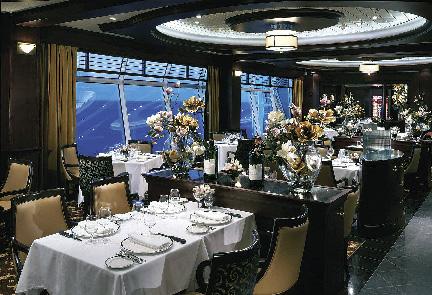 Das Restaurant eines Kreuzfahrtschiffes vorbereitet mit perfekt gedeckten Tischen und Blumenarrangements