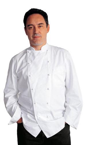 ein Herr mit Kochjacke stehend die Hände in den Hosentaschen