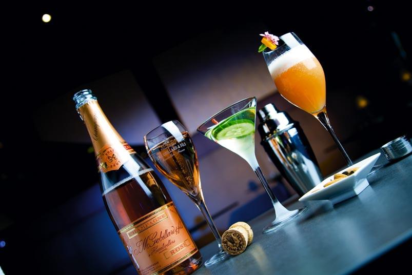 eine Variation von verschiedenen Aperitifs, ein Rose Champagner, ein Martini und ein fruchtiger Cocktail