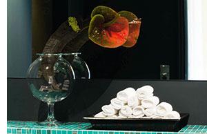 eine Detailansicht von zusammengerollten Handtuechern in den Waschraeumen