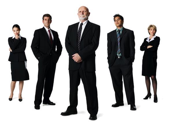 drei herren und zwei damen im business gewand stehend, arme verschränkend und breitbeing