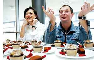 suesse kreationen mit kick, nespresso-desserts werden von einer frau und einem mann probiert