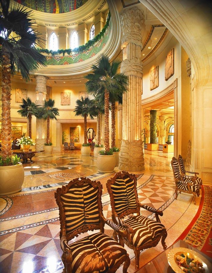 eine noble Hotellobby im afrikanischen Stil