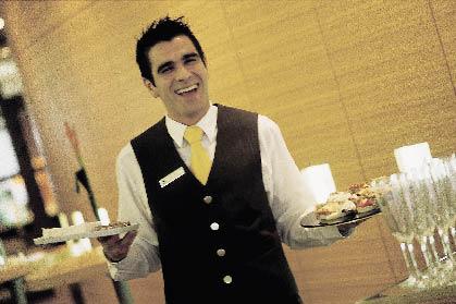 Ein junger Herr hält lächelnd Speisen in der Hand