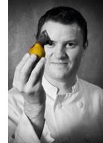 ein schwarz weiss Bild von Theo Randall mit einer Birne in der Hand