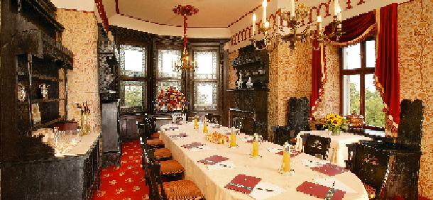 eine lange tafel schön gedeckt mit einem prunkvollen kronleuchter
