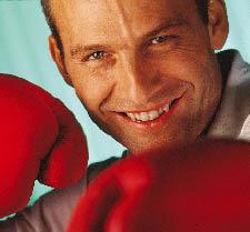 Ein Mann mit Boxhandschuhen