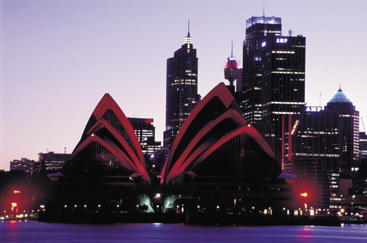 das opernhaus in sydney während der nacht rot beleuchtet