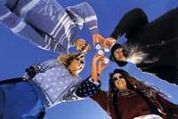vier junge leute prosten gemeinsam an, fotografiert aus der froschperspektive