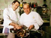 Hans-Peter Fink mit einem Kollegen in der Küche beim Binden der Sauce