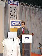 Ein Herr hält einen Vortrag auf dem Hotelierkongress
