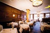 ein Restaurant eines Hotels, viele gedeckte und eckige Tische füllen den Raum