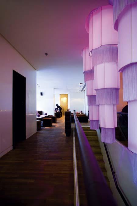 ein in violetten Tönen geschmückter Raum, mit