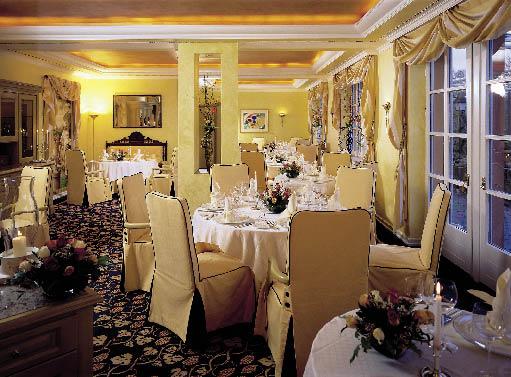 das Restaurant der Stromburg vorbereitet für das Abendmahl