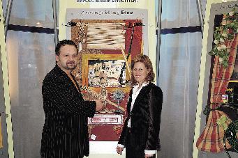 Ein mann und eine Frau stehen vor einer Skulptur