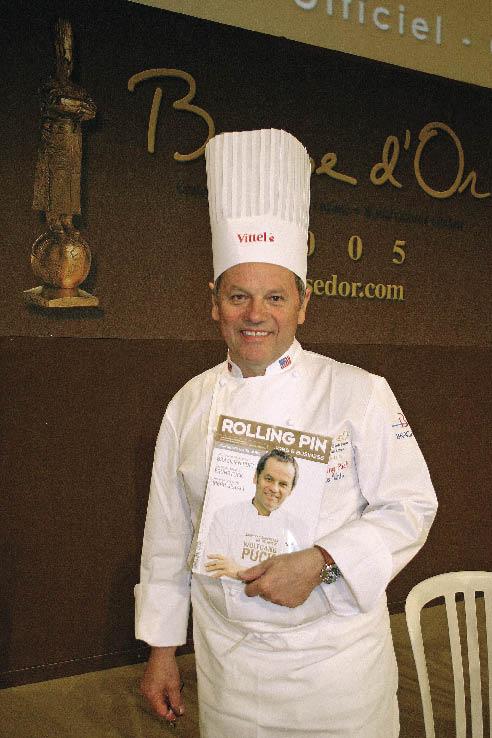 Wolfgang Puck posiert mit einer Ausgaben des Rolling Pins mit Ihm als Coverbild