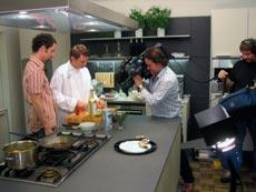 Ein Koch begleitet von einem Kamerateam bei seiner Arbeit
