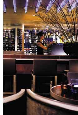eine Hotelbar in Hongkong mit einer Flaschensammlung im Hintergrund