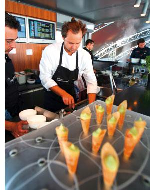 das Catering am Grand Prix am Nürburgring wird von einem Koch vorbereitet
