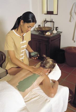 Einblick in eine Massagebehandlung mit heilerde