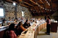 ein Kochlehrgang findet statt. die Schüler sitzen und hören dem Lehrenden zu