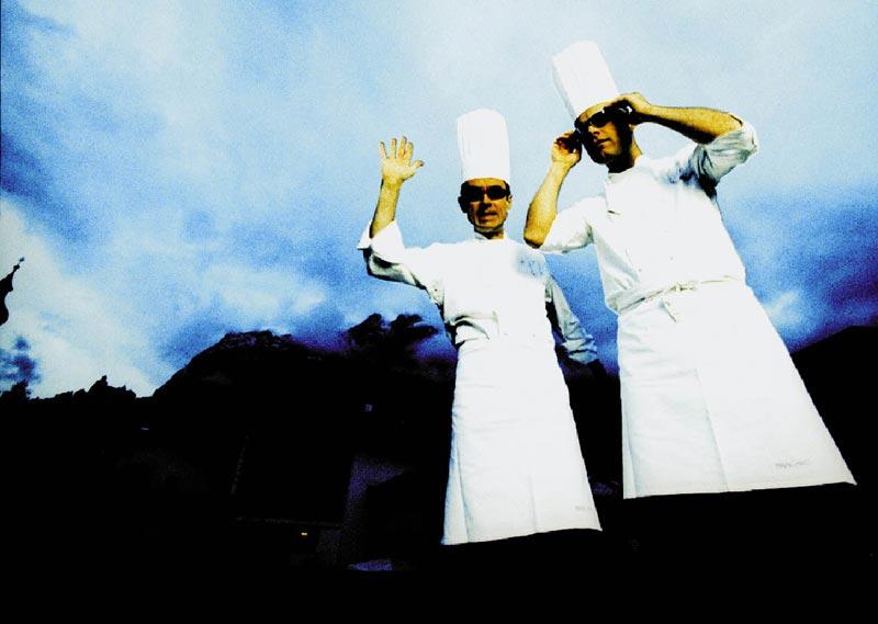 die Obauer Brüder aus der Froschperspektive in weißer Kochbekleidung
