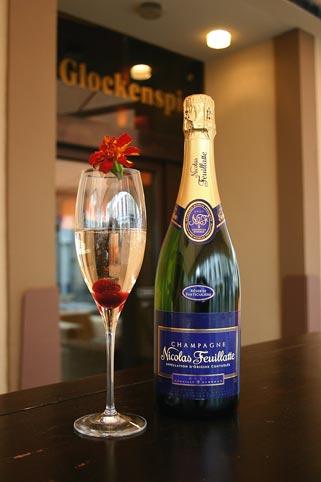 Champagner-Cocktail mit einer Kirsche