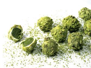 Pralinenkreation mit grüner Paste gefüllt