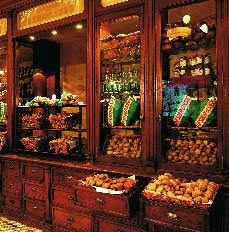 hotelshop mit vielen köstlichkeiten