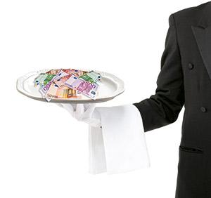 Ein Kellner mit einem Tablett voller Geldscheine