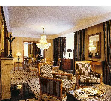 eine hotelsuite mit einem großen prachtvollen kronleuchter
