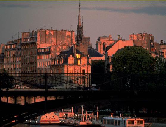 die Seine, eine Brücke und einige Bauwerke während der Abendsonne sind zu sehen