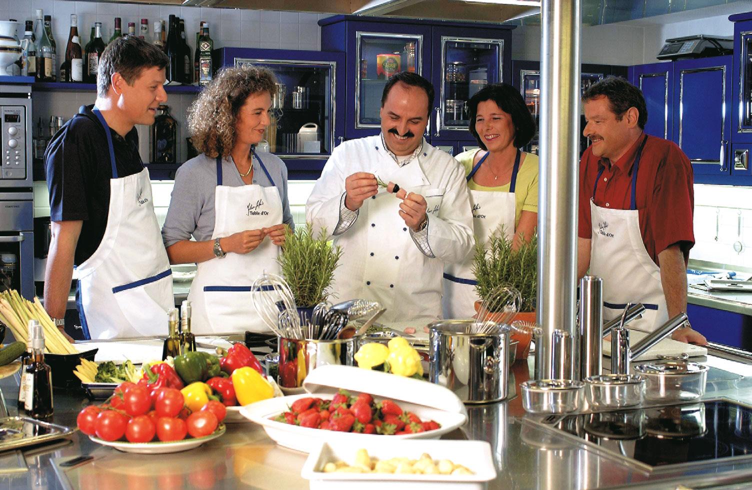 johann lafer mit seinem team in der küche