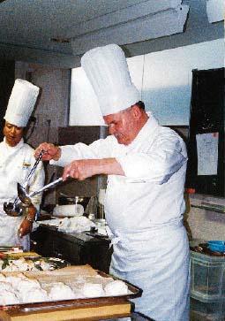 Franz Zodl beim handwerkeln in der küche
