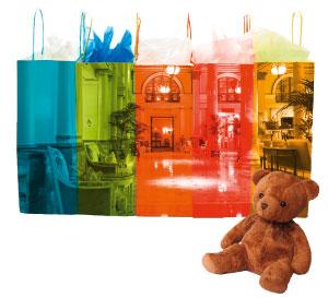 ein Teddybär und Einkaufstüten in verschiedenen Farben