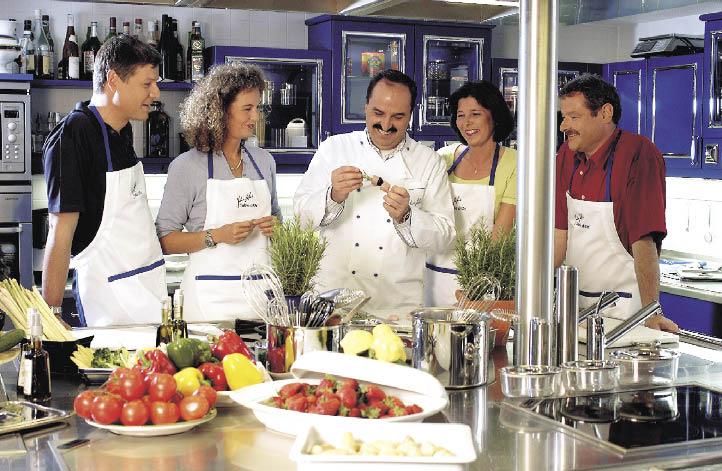 Johann Lafer und sein Team in der Küche beim Vorbereiten der Mahlzeiten