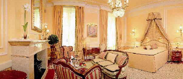 eine Suite im Hotel Sacher, klassisch in Beige gehalten mit roten Elementen