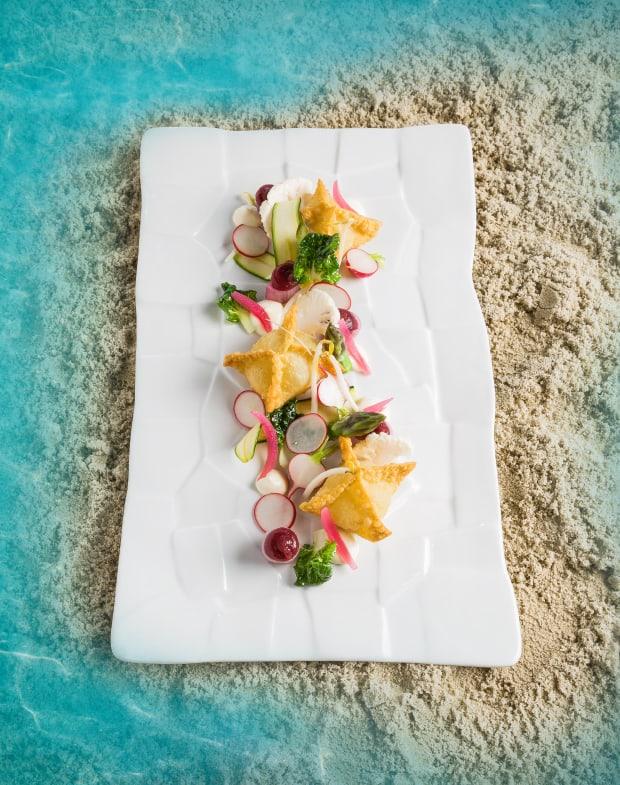 Meeresspaghetti-Wan-Tans mit Dulsengel, Saures Gemüse, Sesam-Mayonnaise