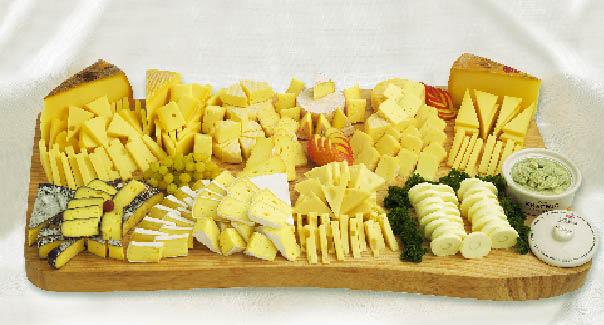 Eine aufgeschnittene Käsevariation auf einem Holzbrett