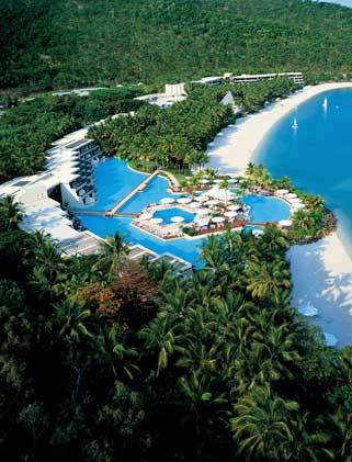 Hotelanlage mit mehreren Poollandschaften direkt am Meer