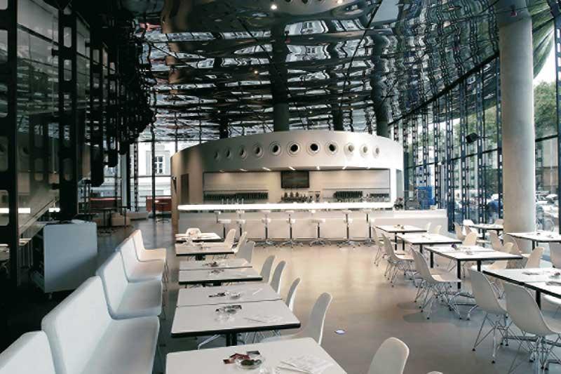 Ein Einblick in das Les Viperes Restaurant, in klassisch reinem weiss gehalten