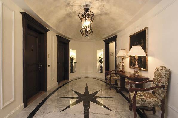 ein imposanter gewölbter und glänzender Hotelflur
