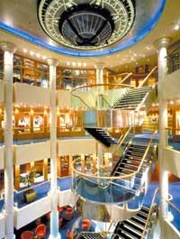 der Treppenaufgang auf einem Kreuzfahrtschiff ist zu sehen