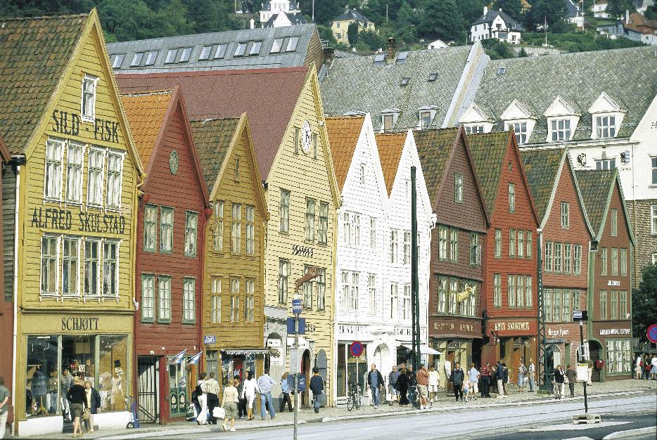 Häuserfront, gestrichen in veschiedenen Farben in Norwegen