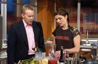 TV-Star Sarah Wiener kocht im Fernsehen und unterhält sich währendessen mit dem Moderator der Sendung