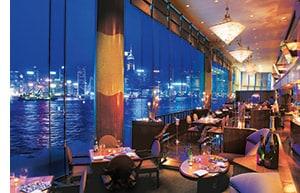 Die Mariott Bar mit Ausblick auf das Meer und die Skyline