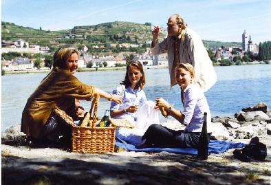 Lisl Wagner-Bacher mit freunden beim picknicken am strand